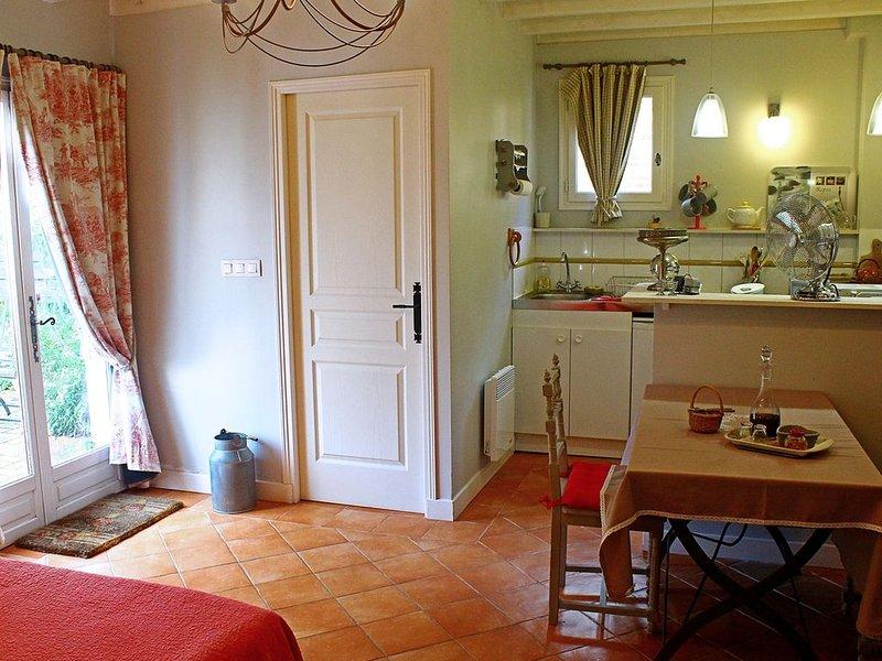 Bienvenue aux Pommiers! Accueil de 2, 4, 6  ou 8 personnes, vacation rental in Saint-Loup-de-Fribois