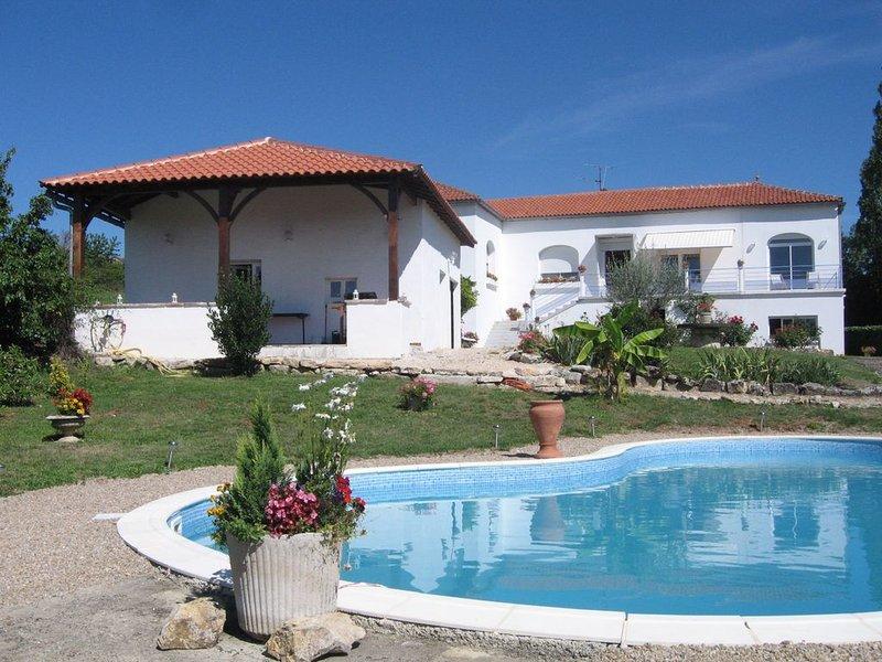 Gîte tout confort avec piscine au cœur du Quercy, holiday rental in Puy-l'Eveque