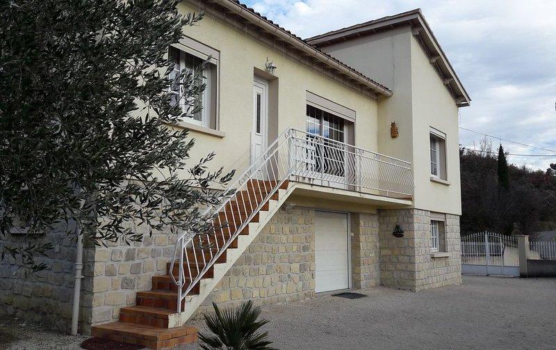 Belle maison individuelle trés lumineuse avec terrain, cour et parking  fermés, holiday rental in Eygaliers