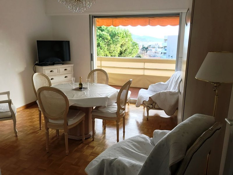 T2 ROQUEBRUNE CAP-MARTIN-Proche mer et commerces-idéal pour 2., vacation rental in Roquebrune-Cap-Martin