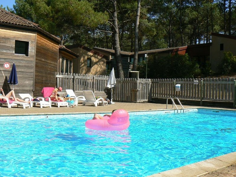 Maisonnette au calme sous les pins 21 dans résidence avec piscine, vacation rental in Lacanau
