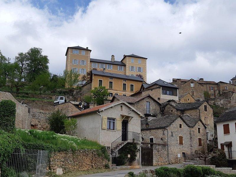 casa em primeiro plano e aldeia