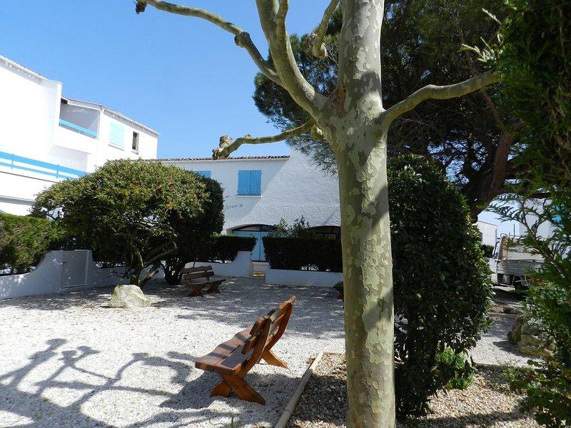 Rez de jardin piscine tennis 600m plage Nauzan, vacation rental in Saint-Palais-sur-Mer