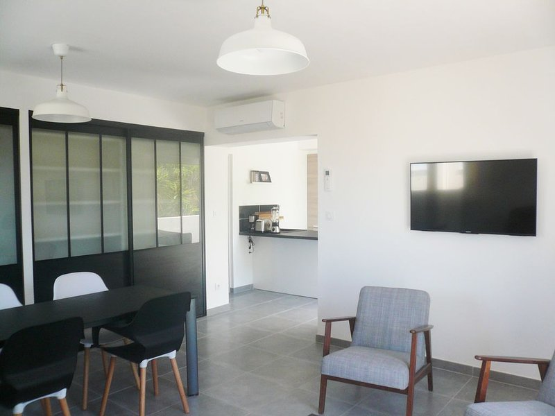 BANDOL Appartement neuf moderne climatisé - plage et port à pied - parking privé, aluguéis de temporada em Bandol