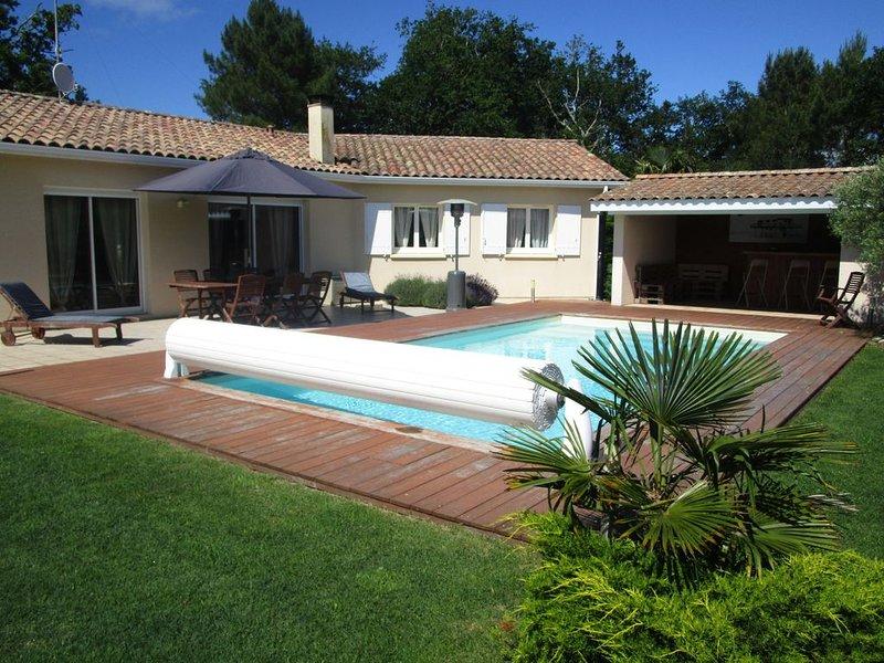 Maison au calme piscine chauffée sécurisée à 10 minutes de la plage avec jardin, vacation rental in Carcans