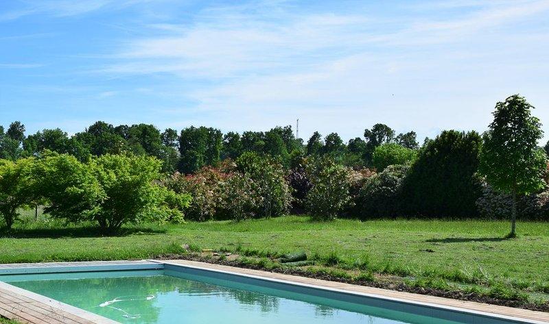 Jolie villa avec une grande piscine dans un écrin de verdure, holiday rental in Haut-De-Bosdarros