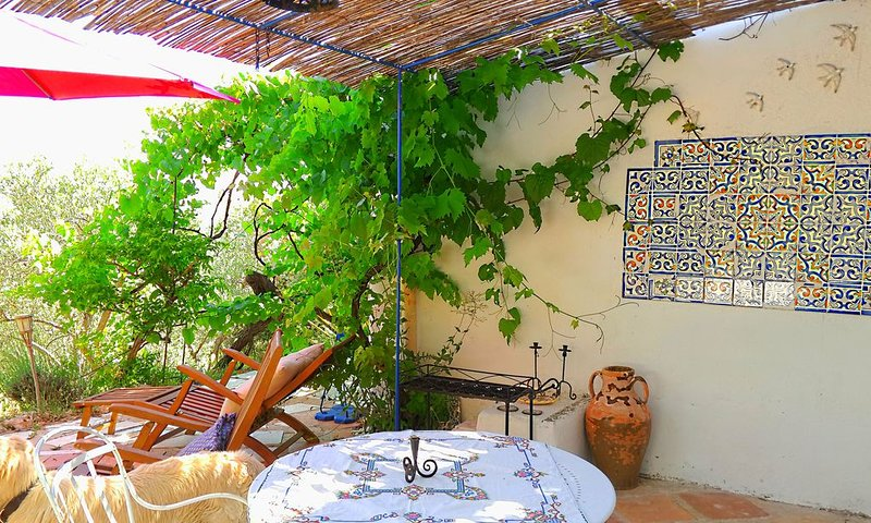 Rez-de-jardin dans une maison d'artiste, aluguéis de temporada em Chateaudouble