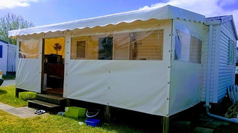 Mobil home tout confort sur jardinet privé 140m2 (camping très calme), vakantiewoning in Marennes