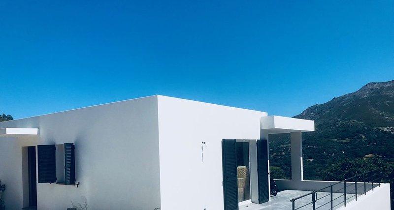 Villa Architecte avec Piscine Chauffée & Vue Imprenable sur Baie Montagneuse, location de vacances à Zilia