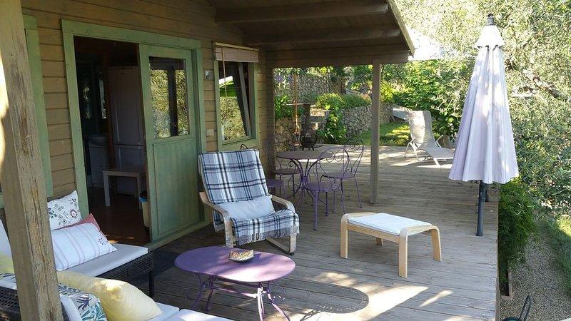 Châlet  en bois  confortable avec piscine privée au sein d'une oliveraie., holiday rental in Castel Vittorio
