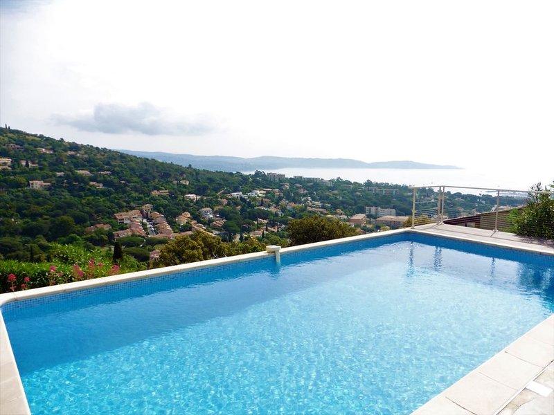 Villa avec piscine et vue mer panoramique à Cavalaire, holiday rental in Cavalaire-Sur-Mer