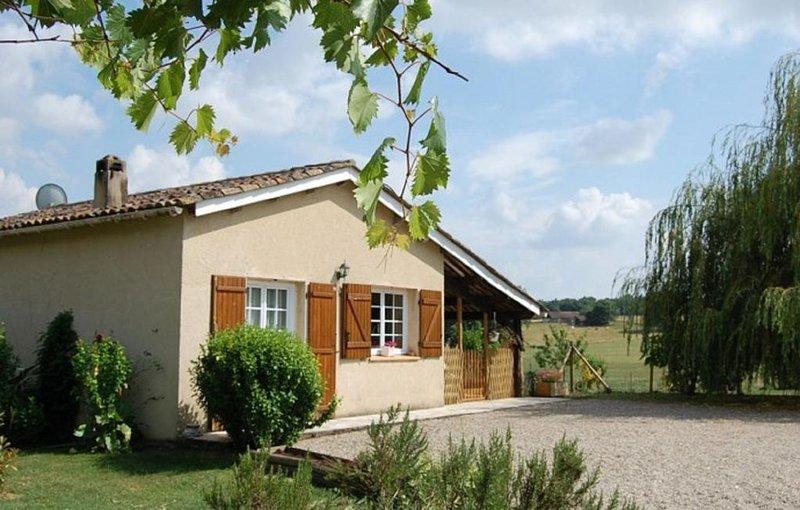 GITES DE FRANCE proche PERIGORD au coeur de la nature piscine mini ferme enfants, holiday rental in Castelmoron-sur-Lot