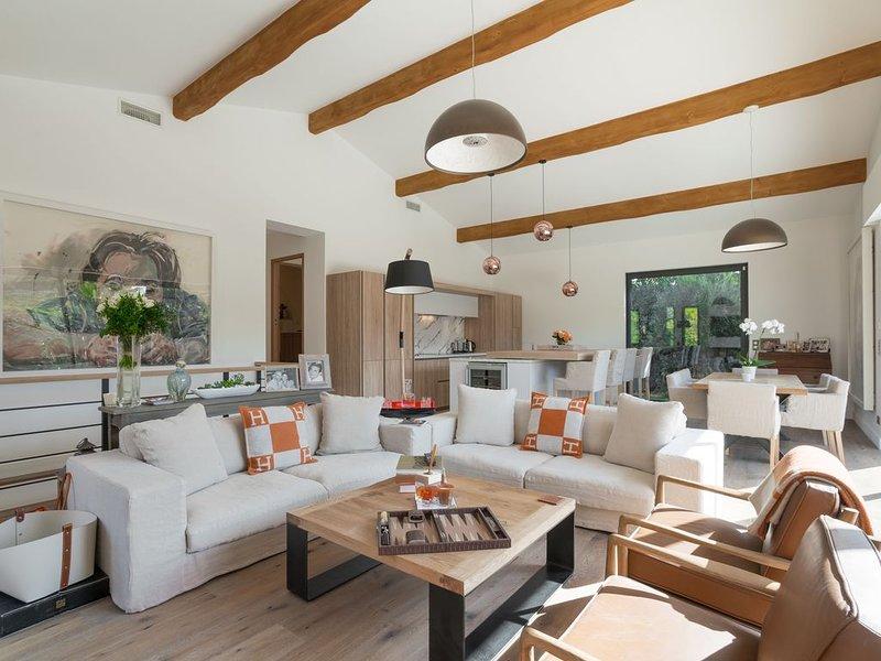 VILLA TROPEZIENNE, Magnifique villa neuve avec Piscine au coeur de SAINT TROPEZ, location de vacances à Saint-Tropez