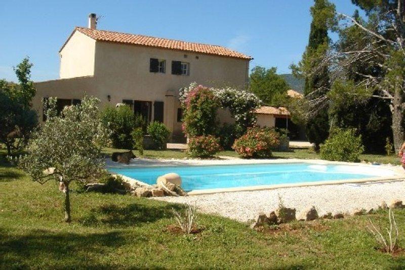 Mas Provençal atypique sur 6000 m2 et 59 Oliviers, holiday rental in Signes