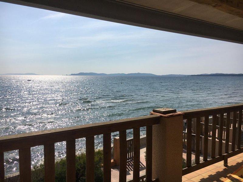 T2 La Capte, pieds dans l'eau, terrasse vue mer, accès direct plage, holiday rental in Giens