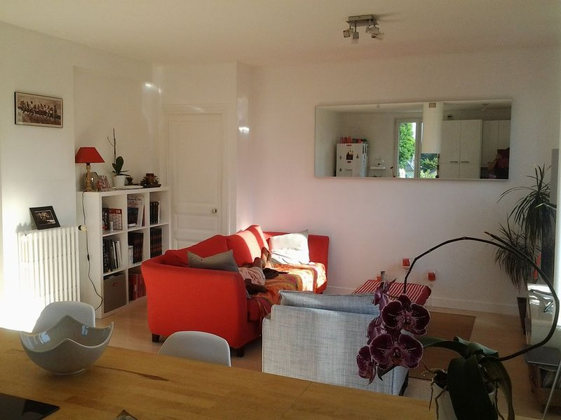 Spacious room with private bathroom 5 minutes from the city centre, vacation rental in Saint-Germain-en-Laye