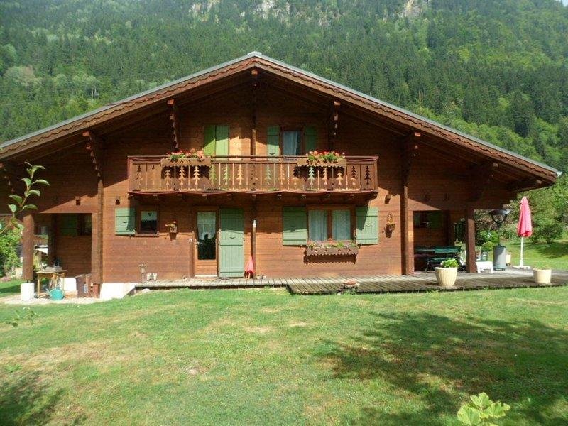 12 places - 6 chambres - 250m2 + 3.000m2 de jardin - 8 mn du ski - vue Montblanc, aluguéis de temporada em Saint-Nicolas-de-Veroce