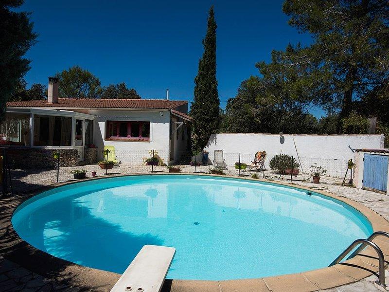 Villa lumineuse et coquette, piscine privée, terrasses et jardin arboré, clos, holiday rental in Sainte-Anastasie