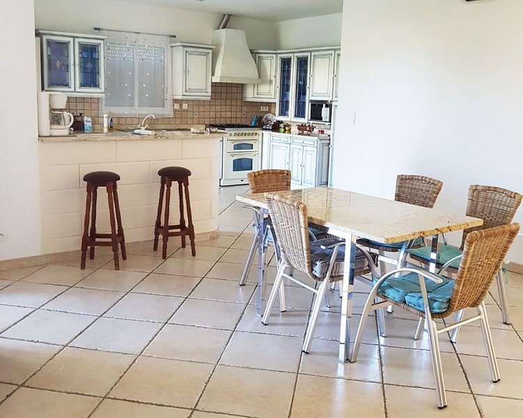 Superbe maison avec terrassse très bien équipée à 10min de la plage, alquiler vacacional en Biguglia