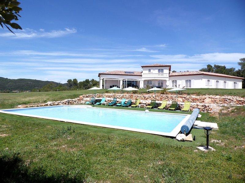Villa 18-20 hôtes + piscine sur 1,5 ha en Provence, alquiler de vacaciones en Besse-sur-Issole
