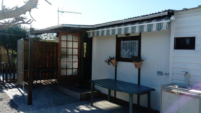 Chalet dans campingBien placé au calme, piscine à côté, belle terrasse à l'ombre, holiday rental in Peyriac-de-Mer