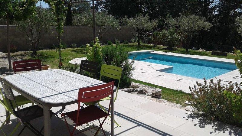 Maison plain-pied de 110m² avec terrain-piscine, holiday rental in Cairanne