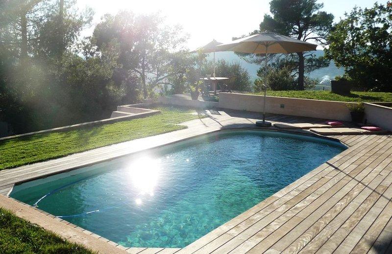 Villa Contemporaine avec Piscine & jeux pour Enfants-Vue Panoramique, aluguéis de temporada em Chateaudouble