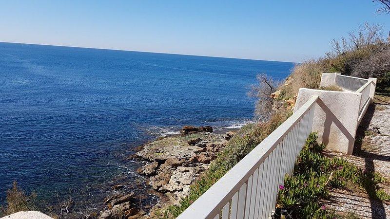 Maison face à la mer- petit paradis plongeant sur l'eau, holiday rental in Carry-le-Rouet