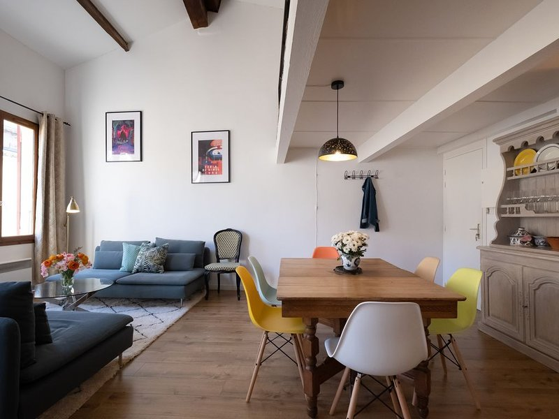 Sunny, Breezy Gem in the Centre of the Old City, vacation rental in Fourques
