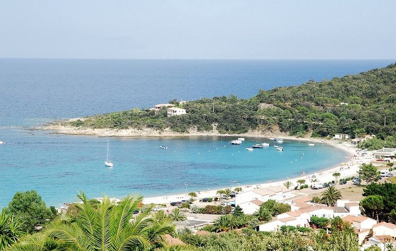 Faounzina,  4 pers, 1er etage, pieds dans l'eau acces direct a la plage, location de vacances à Sari-Solenzara