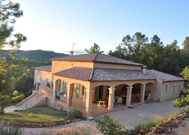 Grand mas provençal de 250 m2 avec piscine et jardin arboré, holiday rental in Pignans