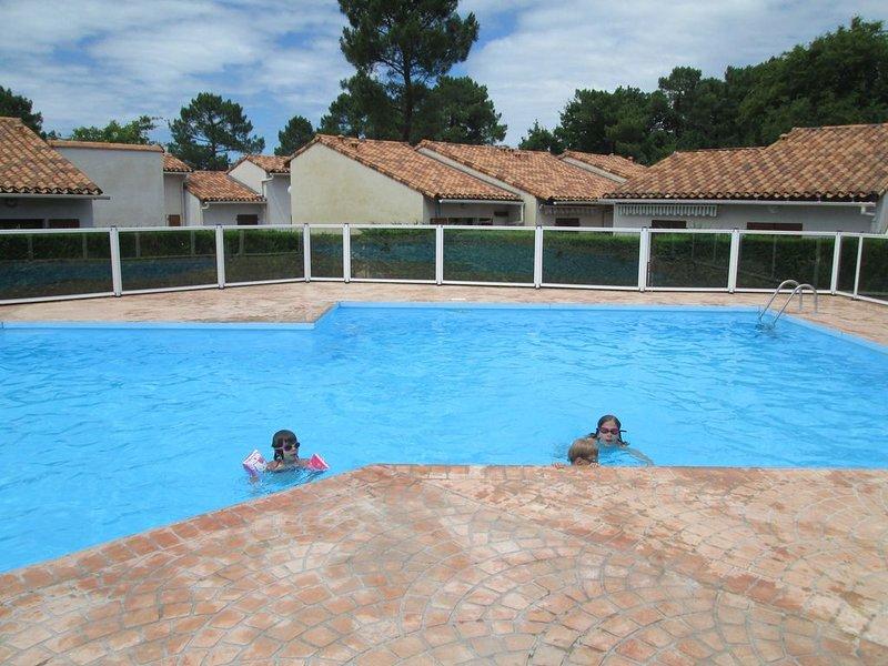 Maisonnette jardin ombragé,  résidence avec piscine ,idéale couple et 2 enfants, location de vacances à Les Mathes