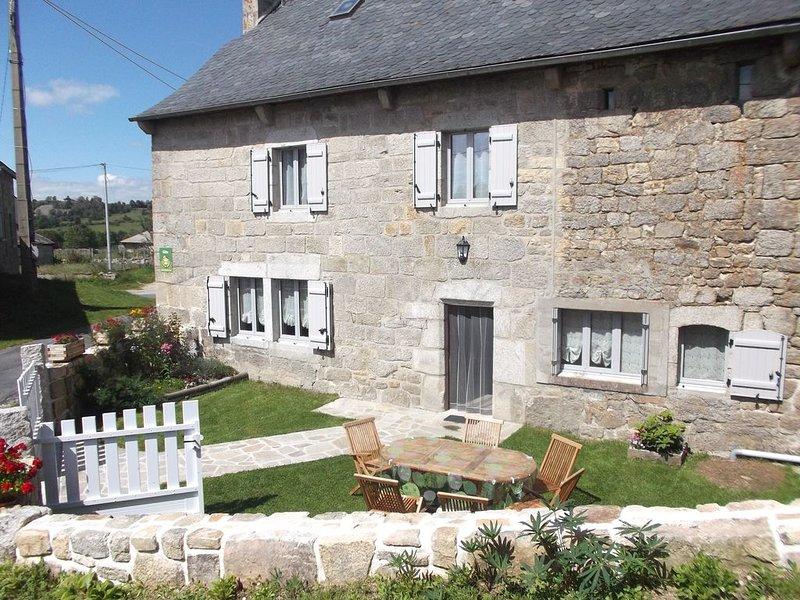 Maison de caractère entièrement rénovée située à  1 km des Gorges du Bès, holiday rental in Aumont Aubrac