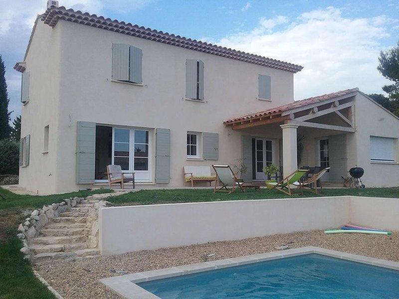 Beau mas contemporain en Provence avec piscine, holiday rental in Lagnes
