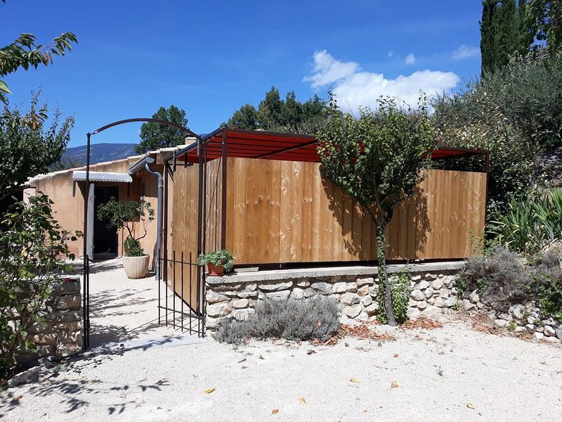 Le cabanon au pied du Ventoux, avec spa., holiday rental in Flassan