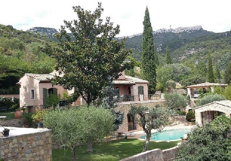 Rez de villa ,  piscine ;pool House, jardin arboré, proche plages - 3 couchages, aluguéis de temporada em Toulon