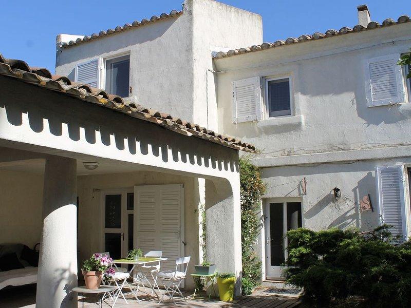 Gîte avec piscine et parc arboré, proche centre ancien, holiday rental in Raphele-les-Arles