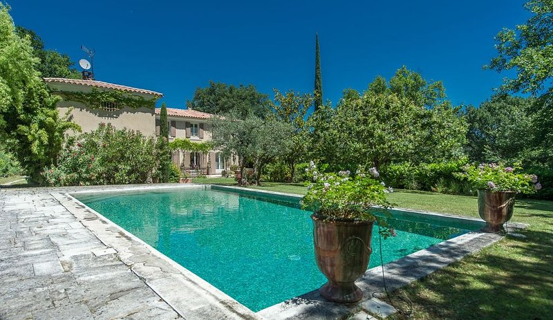 Maison de caractère Lubéron proche Aix en Provence, casa vacanza a Peyrolles-en-Provence