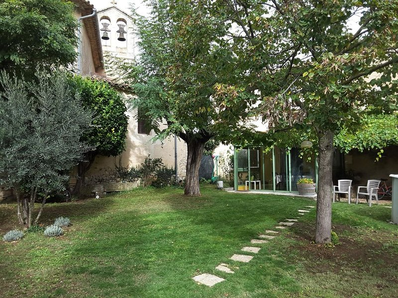 Maison de charme en Luberon,  jardin clos, holiday rental in Castellet