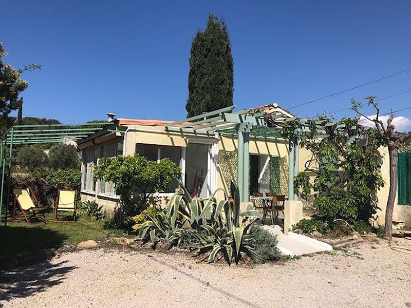'Cabanon' provençal avec accès piéton à la  calanque de Port d'Alon pour 2/4p, holiday rental in Saint-Cyr-sur-Mer
