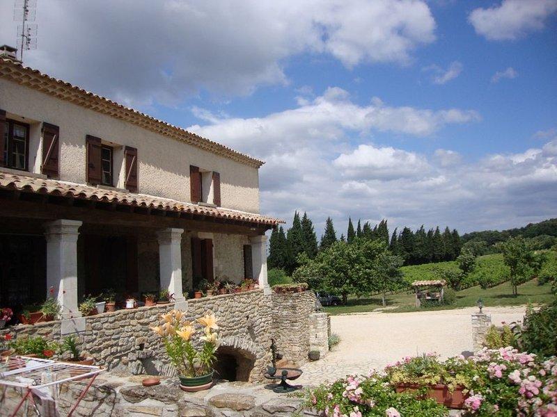 Meublé tout équipé pour 4 personnes - 1 lit en 140, 2 lits en 90, vacation rental in St Just d'Ardeche