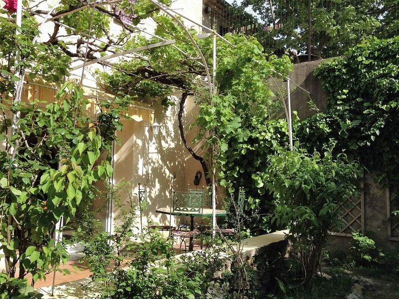 Maison avec jardin calme et ensoleillée, à proximité immédiate d'Avignon, location de vacances à Châteauneuf-du-Pape