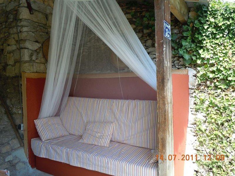 Sur 1300 m² de jardin arboré avec piscine, holiday rental in Nimes
