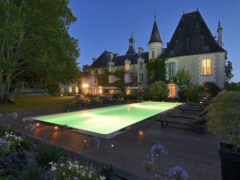 Demeures privées avec jardins et piscine  - 24 pers, holiday rental in Riberac