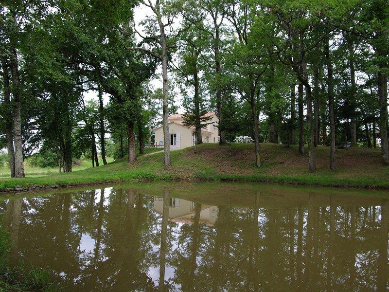 Location d'une maison neuve classee *** dans parc avec étang, vacation rental in Nontron