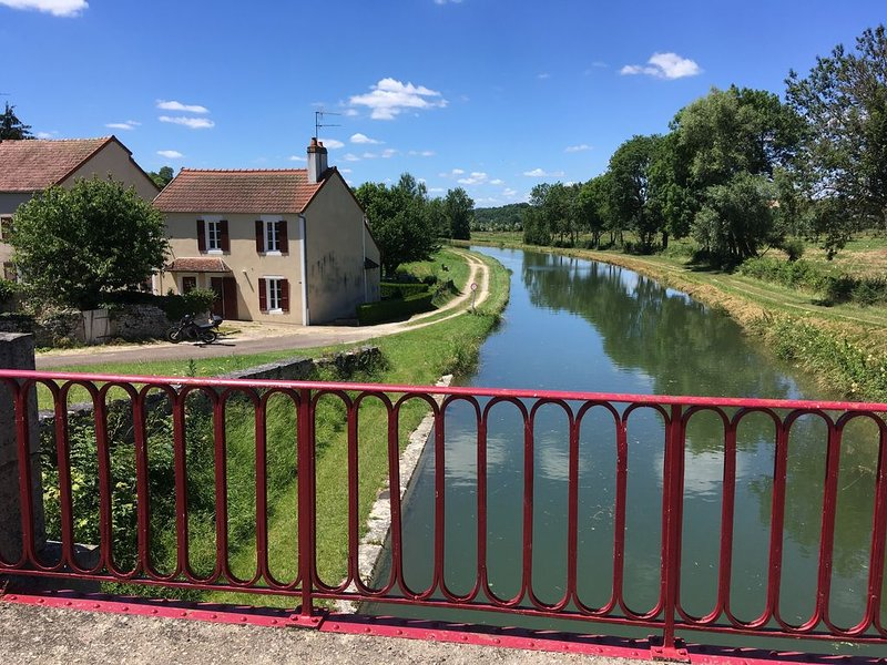 Maison de charme au bord du canal du nivernais, location de vacances à Arcy-sur-Cure