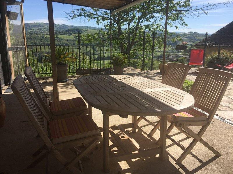 Gîte l'Atelier avec vue imprenable sur la vallée du Lot, holiday rental in Montpeyroux
