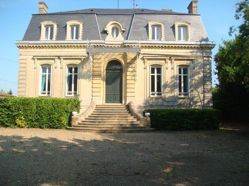 Belle demeure avec jardin et piscine privée ds propriété viticole du Bordelais, holiday rental in Pujols-Sur-Ciron