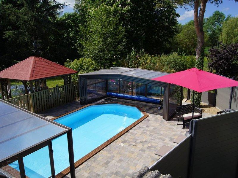 Gîte de charme 6/7 personnes avec accés à une piscine chauffée et couverte, holiday rental in Delettes
