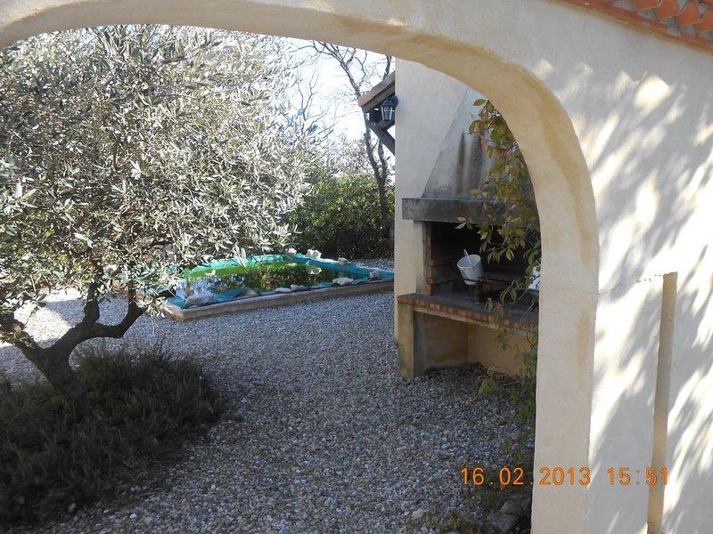 Villa paisible avec piscine à quelques km d'Uzes en bordure d'un village gardois, holiday rental in Sainte-Anastasie